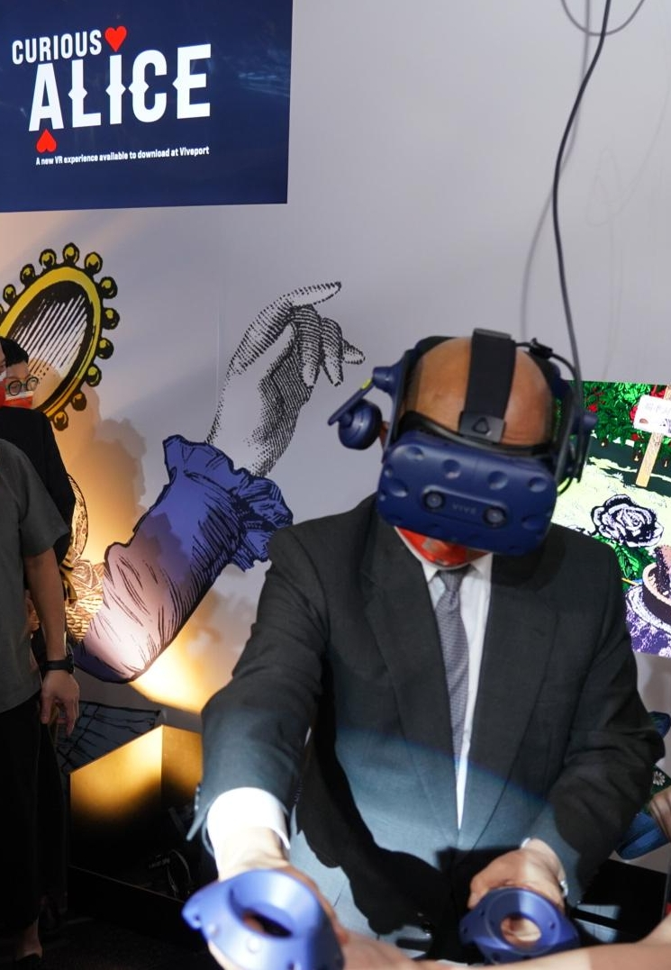 """President of the Executive Yuan Su Tseng-Chang Experienced the VR work """"Curious Alice"""